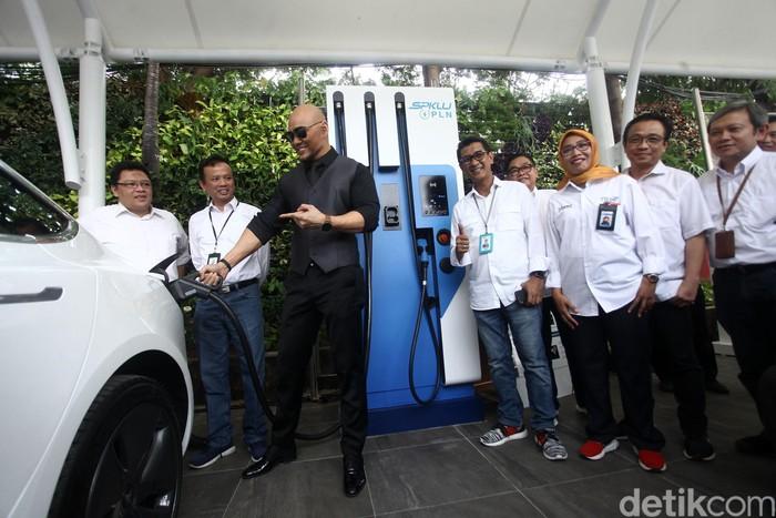 PT Perusahaan Listrik Negara (PLN) melakukan peresmian Stasiun Pengisian Kendaraan Listrik Umum (SPKLU) di PLN UID Jakarta Raya, Selasa (29/10/2019). Dalam kesempatan ini Deddy Corbuzier juga mencoba fasilitas charger di PLN UID ini.