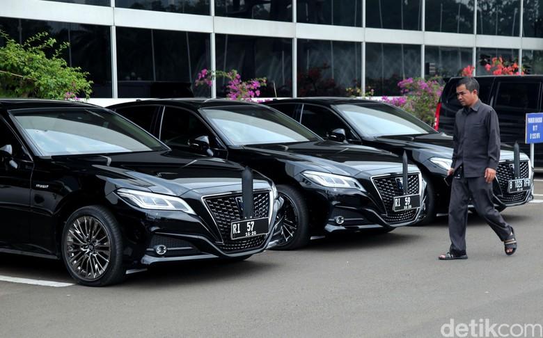 Mobil dinas baru yakni Toyota Crown 2.5 HV G-Executive. Foto: Lamhot Aritonang