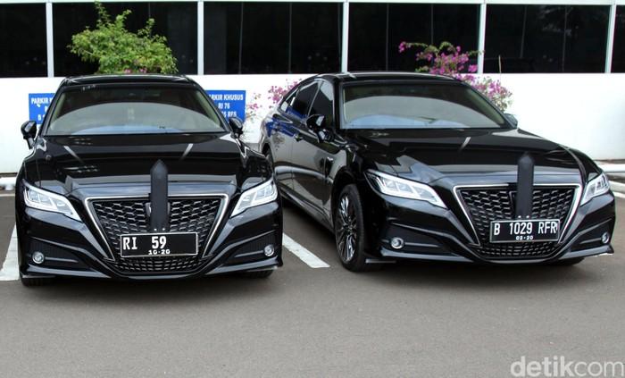 Mobil dinas baru yakni Toyota Crown 2.5 HV G-Executive seharga Rp 1,5 miliar sudah mejeng lho diparkiran gedung DPR hari ini. Yuk, intip penampakannya.