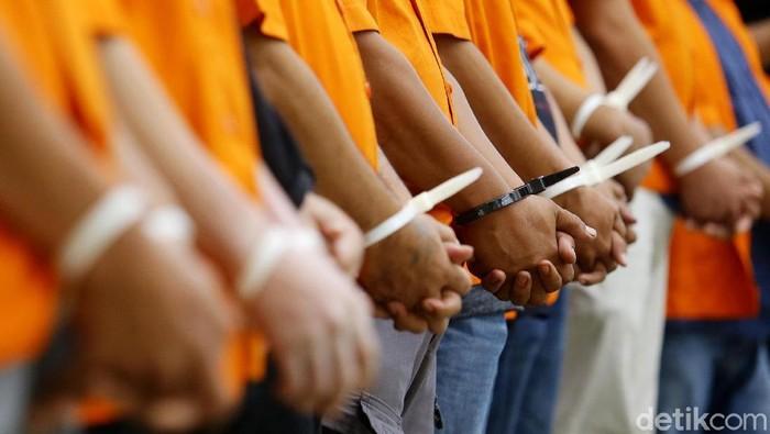 Bareskrim Mabes Polri ungkap sejumlah kasus terkait perdagangan manusia. Empat orang muncikari ditangkap polisi karena menjual wanita di Kota Bunga, Cianjur.