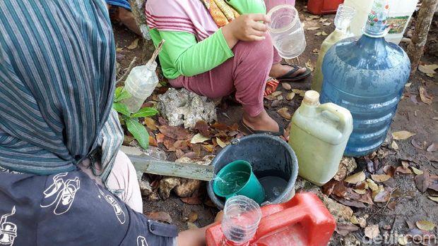 Potret Warga di Gunungkidul Antre Berjam-jam Cari Air dari Pipa Bocor