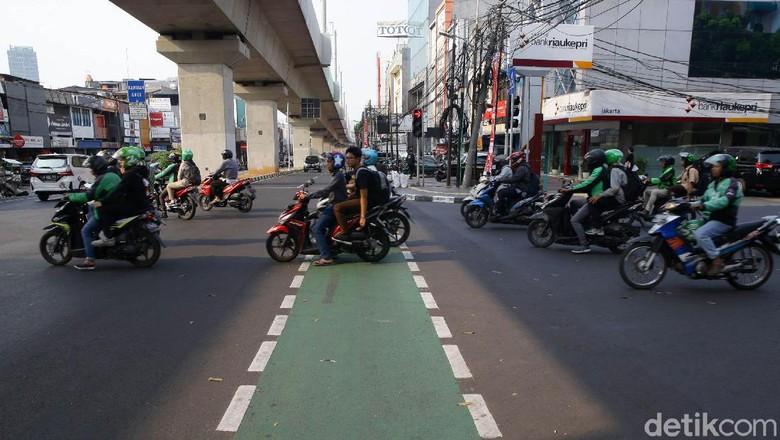 Pergub Diteken Anies, Pemotor-Pemobil Masuk Jalur Sepeda Akan Didenda