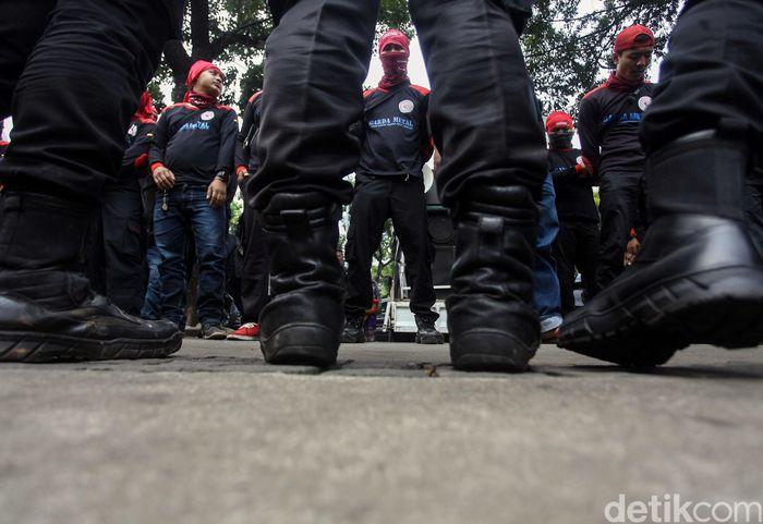 Jelang pengumuman dan penetapan Upah Minimum Provinsi (UMP) serempak oleh para gubernur pada 1 November 2019, para buruh dari Konfederasi Serikat Pekerja Indonesia (KSPI) Jakarta menggelar aksi di depan Balai Kota, Jakarta, hari ini, Rabu (30/10/2019).