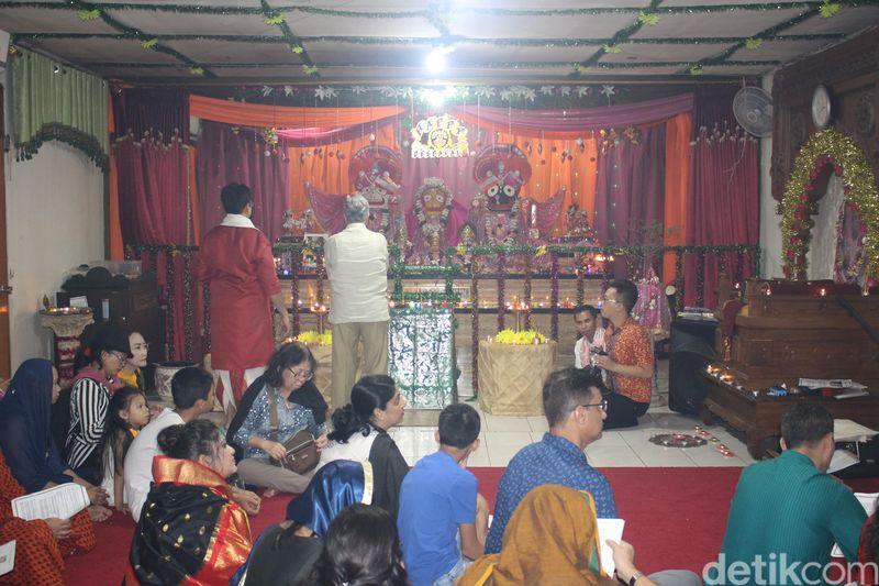Salah satu kuil di Pasar Baru yaitu Hare Krishna merayakan Diwali dengan melakukan sembahyang dan berkumpul untuk makan bersama. (Putu Intan Raka Cinti/detikcom)