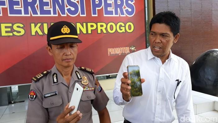 Pejabat Humas Polres Kulon Progo AKP Sujarwo menunjukkan barang bukti pemerasan oleh polisi gadungan. (Pradito Rida Pertana/detikcom)