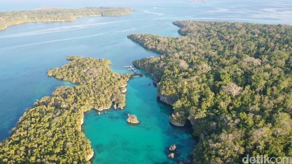 Di balik pohon-pohon rindang itu ada sebuah pantai yang diapit tebing karang di sekelilingnya.Mirip kolam renang karena airnya yang bening dan tenangbisa untuk snorkeling (Foto: Didik Dwi Haryanto/detikcom)