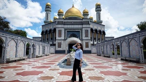 Selain aktif mengikuti turnamen bulu tangkis, Nat juga suka jalan-jalan. Begini gayanya saat berada di depan Masjid Jame Asr Hassanil Bolkiah, Brunei Darussalam (Instagram/@nitchaon)