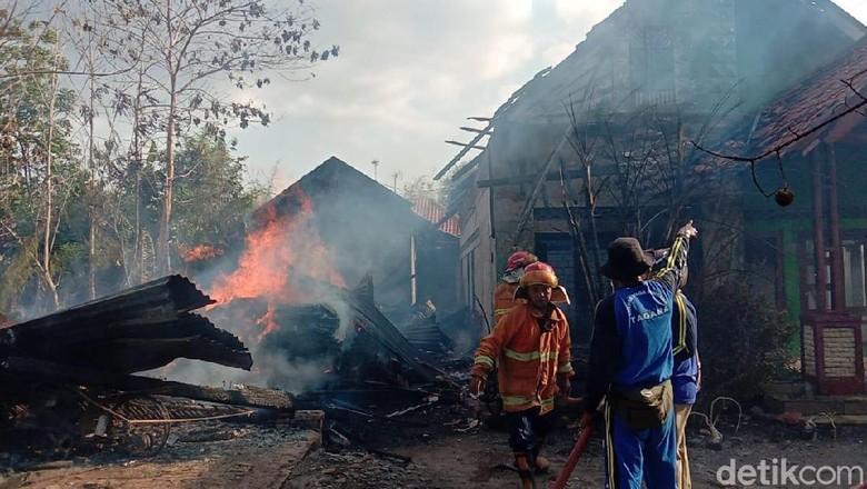 Sampah Daun Bawang Ini Akibatkan Dua Rumah Ludes Terbakar
