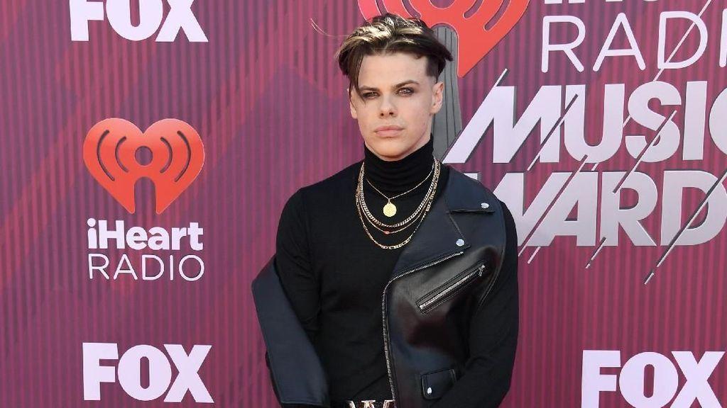 Rocker Cowok Ini Merasa Seksi Pakai Dress