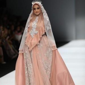 Bikin Pangling, Gaya Dewi Perssik Pakai Hijab Syari Saat Jadi Model