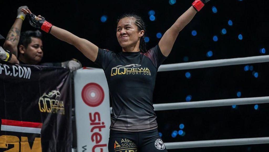 Foto: Aksi Priscilla Hertati Lumban Gaol, Sang Petarung MMA