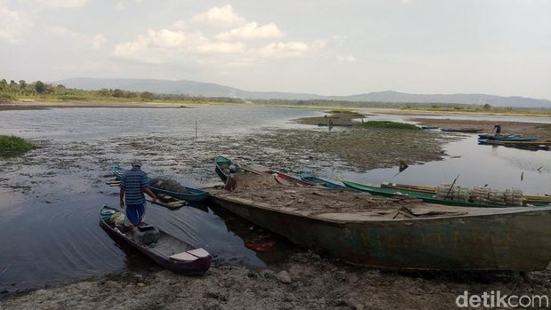 Dilanda Kekeringan Parah, Waduk PLTA Jendral Sudirman Jadi Daratan