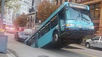 Muncul Lubang Misterius di Jalanan, Bus Ini Tertelan!
