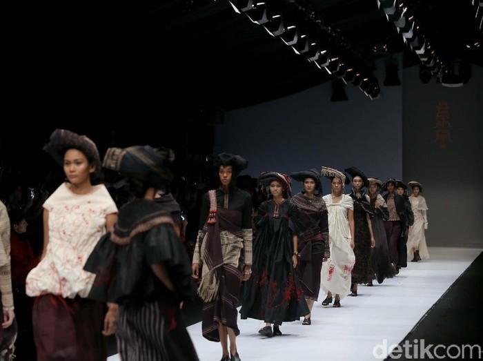 Rancangan Adrian Gan dari ulos antik di Dewi Fashion Knights menutup Jakarta Fashion Week 2020. (Foto: Rachman Haryanto/detikfoto)