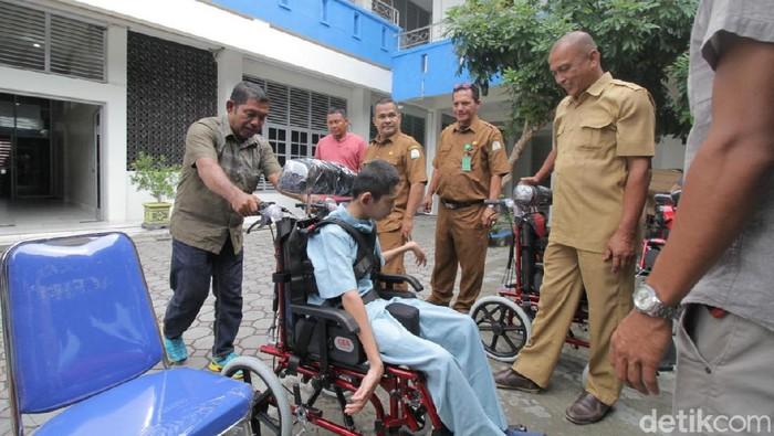 Anak dengan disabilitas di Aceh mendapat bantuan kursi roda gratis. (Foto: Agus Setyadi/detikHealth)