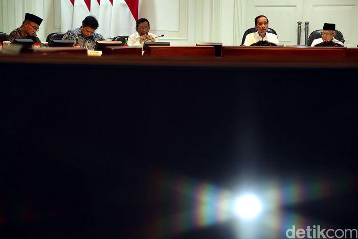 Presiden Jokowi memimpin rapat dengan didampingi Wakil Presiden Maruf Amin.