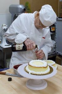Di Usia 93 Tahun, Kakek Veteran Perang Ini Buka Toko Cupcake