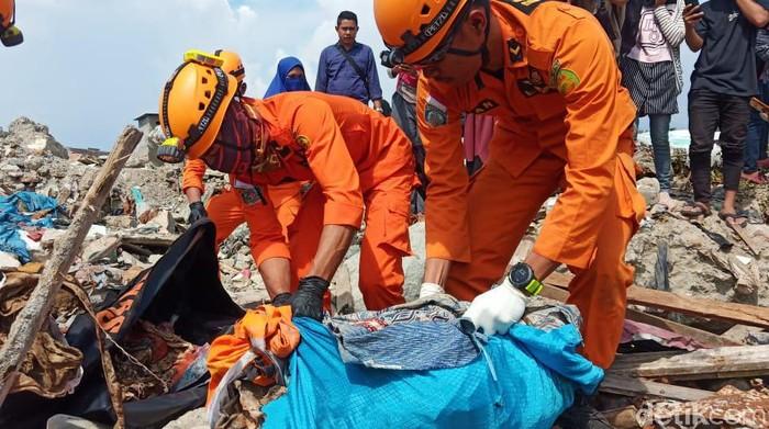 Petugas mengevakuasi jasad korban likuefaksi di Palu, Sulteng. (M Qadri/detikcom)