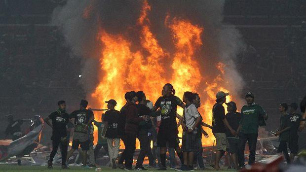Kerusuhan di Stadion GBT pada Selasa (29/10) membuat Wolfgang Pikal mundur sebagai pelatih Persebaya.