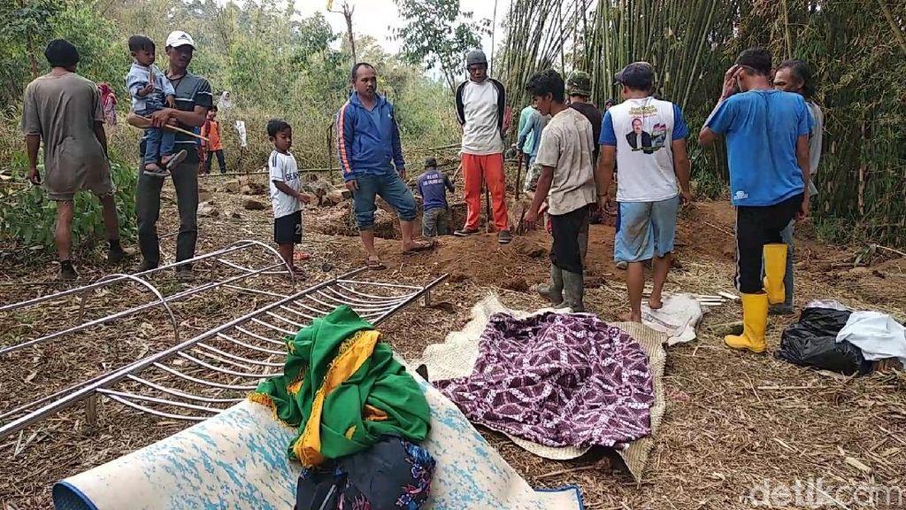 20 Jenazah Warga Garut Dipindahkan Akibat Tanah Kuburan Retak
