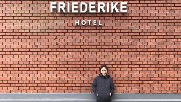 Gaya Nat berfoto di papan nama Hotel Friederike Jerman (Instagram/@nitchaon)