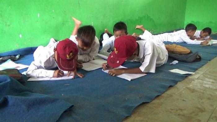Foto: Siswa SDN 2 Pasirkupa, Kabupaten Lebak, Banten, harus belajar sambil lesehan. (Istimewa)