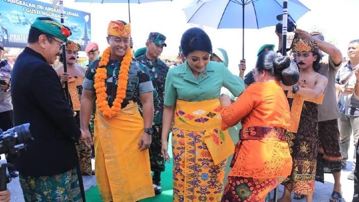 KSAD Jenderal TNI Andika Perkasa disambut saat tiba di Bali. (Dok. Dispenad)