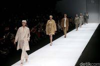 Karya Auguste Soesastro membuka Dewi Fashion Knights di penutupan Jakarta Fashion Week 2020.
