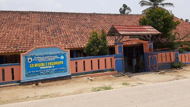 Siswa SDN 2 Pasirkupa, Kabupaten Lebak, Banten, harus belajar sambil lesehan.