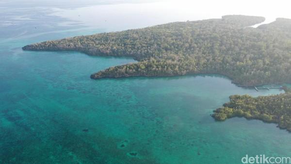 Dari kejauhan terlihat sebuah dermaga dengan hutan disekelilingnya. Turun dari kapan, kami menginjakan kaki di dermaga dan terlihat papan besar bertuliskan Pulau Baer (Foto: Didik Dwi Haryanto/detikcom)