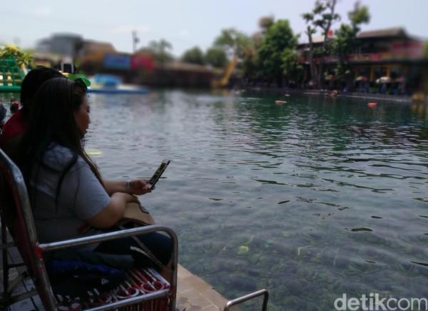 Umbul Ponggok merupakan kolam dengan ukuran 100x50 meter, airnya yang berasal dari mata air. Kealamian airnya sangat terjaga. (Foto: Achmad Syauqi/detikcom)