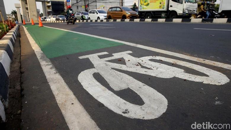 Jalur sepeda di Jakarta, pemotor pemobil dilarang lewat Foto: Grandyos Zafna