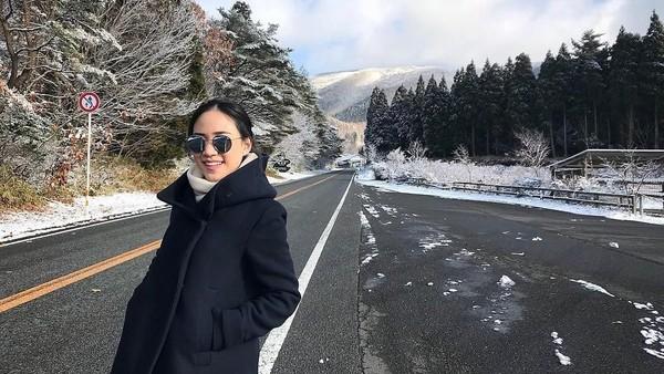 Gaya Nat saat jalan-jalan di Jepang (Instagram/@nitchaon)