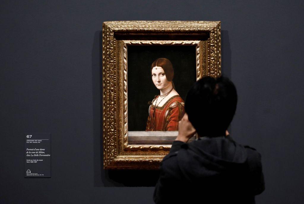 Menandai 500 tahun kematian Leonardo Da Vinci, museum Louvre di Paris mengadakan pameran terbesar karya-karya sang maestro. Ini adalah salah satu lukisannya, La belle Ferronniere. Foto: Reuters