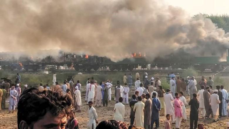 Foto:  Kebakaran pada kereta api di Pakistan (AFP)