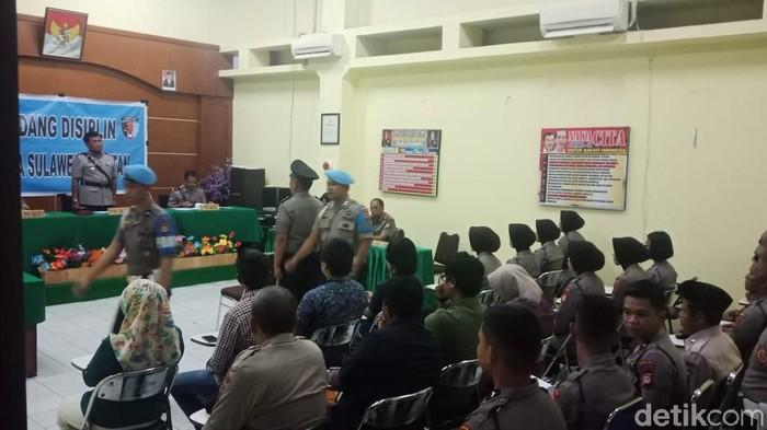 Foto: Sidang disiplin kasus dugaan penganiayaan wartawan oleh polisi di Makassar (Hermawan-detik)
