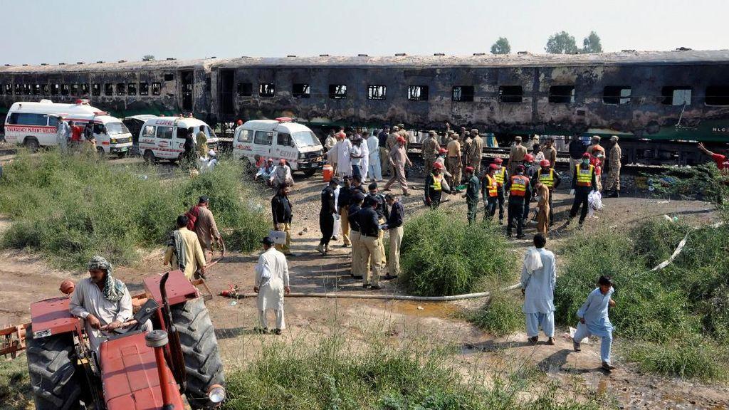 71 Orang Tewas dalam Kebakaran Kereta, PM Pakistan Perintahkan Penyelidikan
