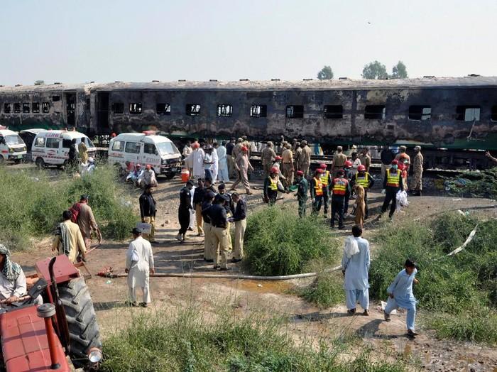 Kondisi gerbong kereta yang hangus terbakar (REUTERS/Stringer)