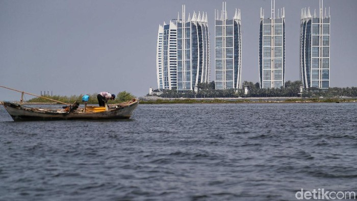 Sejumlah nelayan di Muara Angke, Penjaringan, Jakarta Utara mengeluhkan keberadaan Pulau G yang kerap kali mengganggu aktivitas melaut mereka.