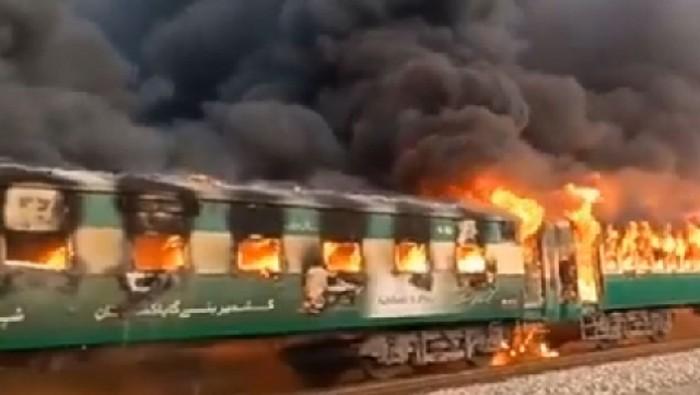 Rangkaian kereta api di Pakistan terbakar hebat (Radio Pakistan via The Express Tribune)