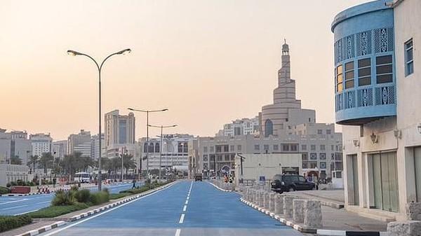 Selain memasang AC outdoor, Pemerintah Qatar juga mengecat jalanan menjadi warna biru. Warna ini terbukti bisa mengurangi suhu udara di jalanan (dok. The Peninsula)
