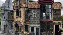 Sayang Cucu, Kakek-Nenek Ini Bangun Kastil Hogwarts untuk Rumah Bermain