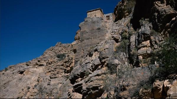 Desa Al Sogara adalah pemukiman tua yang telah ada sejak sekitar 500 tahun lalu. Desa ini berada diketinggian 2.700 mdpl, tepatnya di pinggir jurang (BBC)