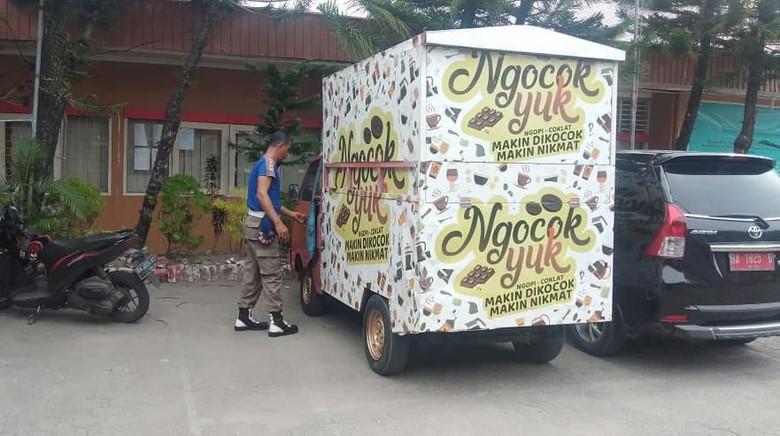 Satpol PP Padang Amankan Mobil Penjual Minuman Ngocok Yuk