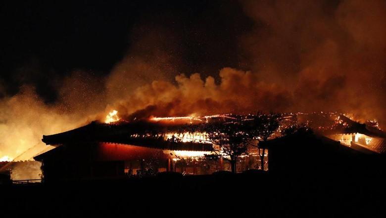 Istana Shuri yang terbakar (AP)