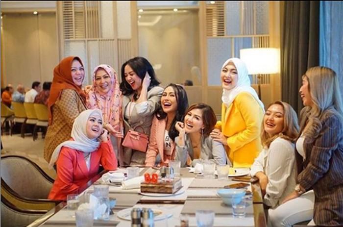 Kerap menghabiskan waktu bersama teman-temannya ini momen kebersamaan Ratu Meta saat makan cantik bersama temannya. Terlihat pedangdut Siti Badriah ikut join bersama. Foto: Instagram @ratu_meta705