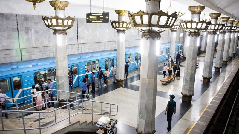 Metro atau kereta bawah tanah di negara Uzbekistan menjadi sarana transportasi untuk publik, namanya Metro Tashkent. Namun ada sesuatu yang berbeda dari stasiun kereta ini. (Taylor Weidman/BBC)