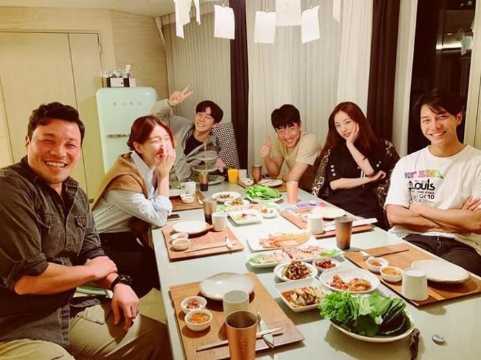 Foto: Instagram @leeseunggi.officialBersama rekan kerjanya di drama Vagabond, Lee Seung Gi terlihat akrab saat makan bersama denga hidangan khas Korea Selatan.