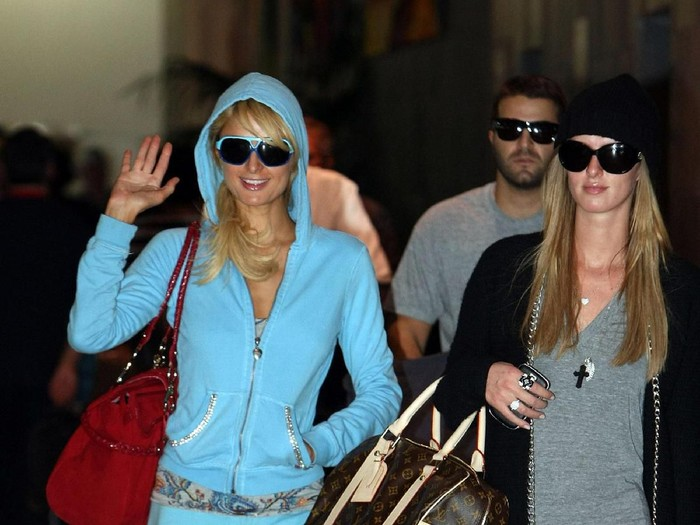 MELBOURNE, AUSTRALIA - DECEMBER 29:  Socialite Paris Hilton signs autographs as she arrives at Melbourne Airport on December 29, 2008 in Melbourne, Australia.  (Photo by Kristian Dowling/Getty Images)