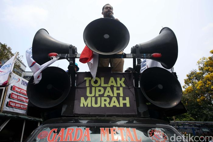 Seorang demonstran berorasi.
